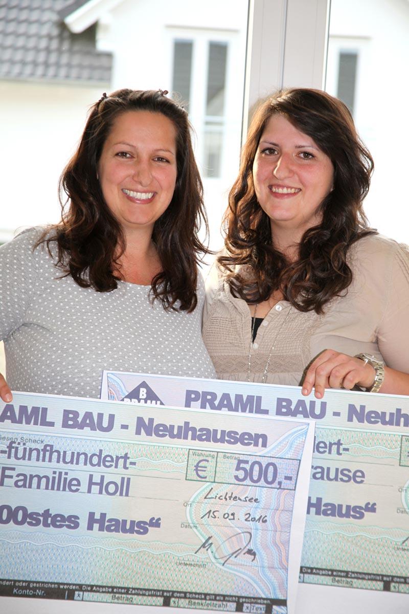Schecküberreichung an die Baufamilien des 1.000sten Praml Hauses